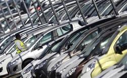 Imagen de archivo de un empleado en un estacionamiento de PSA Peugeot-Citroën en Markolsheim, Francia, sep 7 2012. PSA Peugeot Citroën descartó una fusión con la división Opel de General Motors como parte de su alianza, informó la publicación Autogazette el lunes, citando a un gerente de Peugeot. REUTERS/Vincent Kessler
