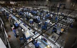 Foto de archivo de un grupo de trabajadores en una planta de zapatos en Novo Hamburgo, Brasil, ago 4 2010. El Gobierno de Brasil decidió el lunes subir en un 9 por ciento el salario mínimo del 2013, que ahora pasará a ser de 678 reales (326 dólares). REUTERS/Nacho Doce
