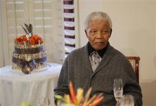 El ex mandatario sudafricano Nelson Mandela, de 94 años, continúa respondiendo al tratamiento más de dos semanas después de haber ingresado a un hospital en Pretoria, donde pasará la Navidad, dijo la presidencia el lunes. En la imagen, el ex presidente sudafricano Nelson Mandela celebra su cumpleaños el pasado 18 de julio en su casa de Qunu. REUTERS/Siphiwe Sibeko
