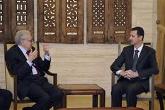 El enviado especial de Naciones Unidas y la Liga Árabe a Siria, Lajdar Brahimi, se reunió el lunes con el presidente Bashar al Asad en Damasco para discutir una solución a un conflicto que se prolonga ya 21 meses y que ha exacerbado la violencia en todo el país. En la imagen, Bashar el Asad (D) habla con Brahimi el 24 de diciembre de 2012 en Damasco. REUTERS/Sana