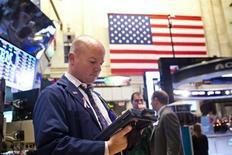 """Imagen de archivo de un operador en el parqué de Wall Street en Nueva York, dic 21 2012. Las acciones cerraron en baja el lunes en Wall Street en una sesión acortada, en la que los inversores continuaron preocupados porque el Congreso estadounidense podría no llegar a un acuerdo para evitar el llamado """"abismo fiscal"""". REUTERS/Andrew Burton"""