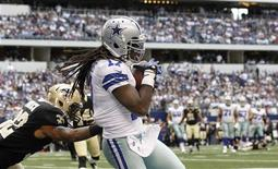 Dallas Cowboys wide receiver Dwayne Harris (R) makes a touchdown catch in front of New Orleans Saints corner back Johnny Patrick in the second half of their NFL football game in Arlington, Texas December 23, 2012. REUTERS/Mike Stone