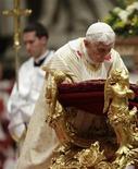 El Papa Benedicto XVI se arrollida mientras lidera la Misa del Gallo en la Basílica de San Pedro en el Vaticano. 24 de diciembre del 2012. REUTERS/Max Rossi (VATICANO - RELIGION)