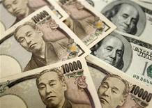 Банкноты 10000 японских иен и банкноты 100 долларов США в головном отделении банка Korea Exchange Bank в Сеуле 22 октября 2010 года. Иена упала до 20-месячного минимума к доллару во вторник, так как будущий премьер-министр Японии Синдзо Абэ настаивает на смягчении политики центробанка. REUTERS/Truth Leem