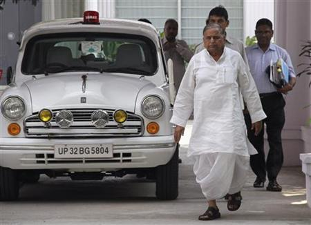 Samajwadi Party chief Mulayam Singh Yadav (L) walks next to his official government car at his residence in Lucknow, September 28, 2012. REUTERS/Pawan Kumar/Files