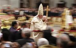 Benedicto XVI instó el lunes, víspera de Navidad, a hallar espacio para Dios en sus aceleradas vidas llenas de los más recientes aparatos tecnológicos. Imagen del Papa al abandonar la Misa del Gallo celebrada en la Nochebuena en la Basílica de San Pedro. REUTERS/Max Rossi