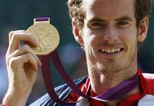 Para Andy Murray, 2012 ha sido un año dorado, para Novak Djokovic un recordatorio rotundo de su condición de mejor tenista masculino del mundo, y para Roger Federer y su ejército de seguidores fue la prueba de que la magia del viejo maestro sigue brillando. En la imagen del pasado 5 de agosto, el escocés Murray muestra la medalla de oro tras ganar la final de los Juegos Olímpicos al suizo Roger Federer en el All England Lawn Tennis Club de Londres. REUTERS/Stefan Wermuth