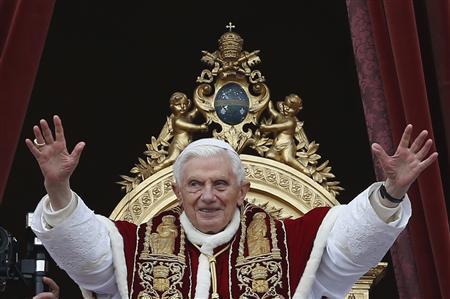 Pope Benedict XVI (C) waves as he blessed the crowd as he makes his ''Urbi et Orbi'' (To the city and the world) address from a balcony in St. Peter's Square in Vatican December 25, 2012. REUTERS/Alessandro Bianchi