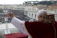 Dans sa bénédiction de Noël place Saint-Pierre, au Vatican, le pape Benoît XVI a invité mardi à ne jamais perdre espoir pour la paix, même dans les situations les plus difficiles comme la guerre civile en Syrie ou les conflits au Mali et au Nigeria. /Photo prise le 25 décembre 2012/REUTERS/Osservatore Romano