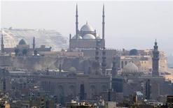 Egipto anunció el martes que los votantes aprobaron en forma abrumadora una constitución redactada por los aliados islamistas del presidente Mohamed Mursi, y el gobierno impuso restricciones cambiarias para responder a una crisis económica que empeora tras semanas de inestabilidad. En la imagen, la mezquita de Mohamed Ali Pasha en la antigua ciudadela dee El Cairo, el 25 de diciembre de 2012. REUTERS/Amr Abdallah Dalsh