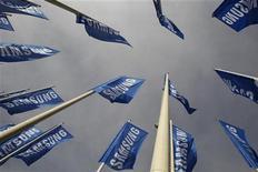 Samsung Electronics a annoncé mercredi avoir déposé une plainte contre Ericsson auprès de la Commission du commerce international des Etats-Unis (International Trade Commission) et demande une interdiction des importations et des ventes aux Etats-Unis de certains produits de l'équipementier télécoms suédois. Le groupe sud-coréen riposte à la demande émise par Ericsson auprès de l'ITC d'interdire les importations américaines de produits Samsung, que le suédois accuse également de violation de brevet. /Photo prise le 28 août 2012/REUTERS/Tobias Schwarz