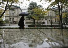 Certains membres de la Banque centrale du Japon (BoJ) ont estimé que celle-ci devait agir résolument, sans exclure aucune option de politique monétaire, si les perspectives économiques et inflationnistes venaient à se détériorer, selon le compte-rendu du comité de politique monétaire de novembre de l'institut d'émission, publié ce mercredi. /Photo prise le 26 novembre 2012/REUTERS/Yuriko Nakao