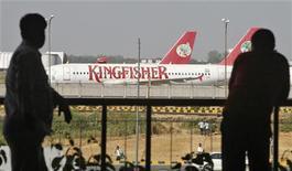 La compagnie aérienne indienne Kingfisher, qui souhaite renouveler sa licence d'exploitation avant son expiration à la fin de l'année, a proposé un plan de restructuration à l'instance indienne de régulation du secteur (DGCA), selon un responsable du gouvernement indien. /Photo prise le 1er octobre 2012/REUTERS/Mansi Thapliyal