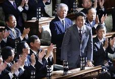 Shinzo Abe (à droite) a été officiellement nommé ce mercredi Premier ministre par la chambre basse de la Diète, le parlement japonais, dans un contexte marqué par une déflation persistante et de fortes tensions territoriales avec la Chine. /Photo prise le 26 décembre 2012/REUTERS/Toru Hanai
