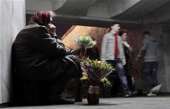 Пожилая женщина продает цветы в переходе минского метро 3 октября 2011 года. Белоруссия, которую в следующем году ожидает пик выплат по внешним долгам, планирует весной вернуться к переговорам с Международным валютным фондом о новом кредите, сказала глава Нацбанка Надежда Ермакова во время онлайн-конференции в госагентстве БелТА. REUTERS/Vasily Fedosenko