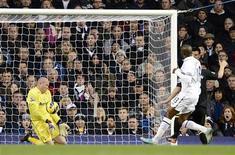Brad Friedel impuissant face à une frappe de Ben Watson, de Wigan, en novembre dernier à White Hart Lane. L'Américain, en concurrence avec Hugo Lloris dans les cages du club anglais de Tottenham, a prolongé son contrat jusqu'en 2014. /Photo prise le 3 novembre 2012/REUTERS/Dylan Martinez