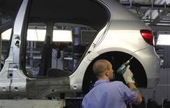 Funcionário trabalha na linha de montagem de carro na fábrica da Volkswagen, em São Bernardo do Campo, em abril de 2011. Índice de Confiança da Indústria (ICI) avançou 1,1 por cento em dezembro em relação ao registrado no final do mês anterior, ao passar de 105,2 para 106,4 pontos, de acordo pesquisa divulgada pela Fundação Getúlio Vargas (FGV). 6/04/2011 REUTERS/Nacho Doce