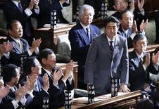 Recém-eleito primeiro-ministro japonês, Shinzo Abe, é apontado para o cargo na Câmara Baixa do Parlamento, em Tóquio. 26/12/2012 REUTERS/Toru Hanai