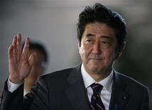 La Cámara baja del Parlamento de Japón aprobó a Shinzo Abe como primer ministro el miércoles, dando al político conservador una segunda oportunidad en el cargo en momentos en que el país lucha contra la deflación y se enfrenta a una China en ascenso. En la imagen, el primer ministro japonés Abe saluda a su llegada a su residencia oficial en Tokio, el 26 de diciembre de 2012. REUTERS/Toru Hanai
