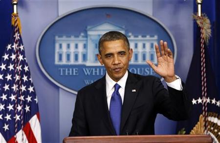 U.S. President Barack Obama waves goodbye after speaking about the fiscal cliff at the White House in Washington December 21, 2012. REUTERS/Kevin Lamarque