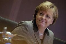 Chanceler alemã, Angela Merkel, vai à reunião de gabinete na Chancelaria de Berlim. Os conservadores do partido da chanceler alemã Angela Merkel subiram para o maior nível em pesquisa de opinião em quase sete anos, mas não serão capazes de continuar a sua coligação de centro-direita com o Partido Democrático-Liberal (FDP), que está em queda livre, de acordo com levantamento. 19/12/2012 REUTERS/Thomas Peter