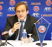 La UEFA ha apelado las sanciones impuestas por su propio organismo de control y disciplina a Serbia e Inglaterra por los incidentes en un partido sub-21 en octubre, dijo el miércoles el organismo que dirige el fútbol europeo. En esta imagen de archivo, el presidente de la UEFA, Michel Platini, en Kuala Lumpur, el 11 de diciembre de 2012. REUTERS/Bazuki Muhammad