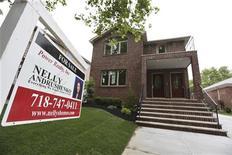 Les prix des maisons individuelles ont augmenté à un rythme plus soutenu que prévu en octobre, renforçant le sentiment que le marché immobilier américain s'améliore et pourrait soutenir la croissance en 2013, selon l'indice S&P/CaseShiller publié mercredi. /Photo prise le 19 juin 2012/REUTERS/Shannon Stapleton