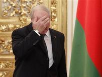 Президент Белоруссии Александр Лукашенко на саммите главы постсоветских государств в Москве 19 декабря 2012 года. Падение уровня жизни, лихорадящая экономика и отсутствие надежд на перемены к лучшему подстегивают трудовую миграцию из 9,5-миллионной страны, которую уже покинуло около миллиона, подсчитали эксперты. REUTERS/Maxim Shemetov