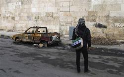 Combattant de l'Armée syrienne libre à Idlib, mardi. Le président syrien Bachar al Assad a envoyé mercredi à Moscou son vice-ministre des Affaires étrangères Fayçal Makdad, afin d'évoquer la visite il y a quelques jours à Damas de Lakhdar Brahimi, émissaire pour la paix des Nations unies et de la Ligue arabe, qui a apparemment formulé de nouvelles propositions pour mettre fin au conflit qui dure depuis 21 mois en Syrie. /Photo prise le 25 décembre 2012/REUTERS/Abdalghne Karoof