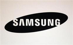 Imagen de archivo del logo de Samsung durante una exposición en Nueva York, mayo 9 2012. Samsung Electronics dijo el miércoles que presentó una denuncia contra Ericsson en la Comisión de Comercio Internacional (CCI) para pedir prohibiciones en Estados Unidos a la importación y las ventas de algunos de los productos de la empresa sueca que fabrica equipos de telecomunicaciones. REUTERS/Sean Gardner