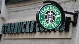 """Foto de archivo de una cafetería de Starbucks en Londres, dic 3 2012. Starbucks Corp usará sus siempre presentes tazas de café para instar a legisladores estadounidenses a que lleguen a un acuerdo para evitar una caída en el """"abismo fiscal"""", una serie de recortes de gastos y alzas de impuestos que podrían arrastrar a Estados Unidos a una recesión. REUTERS/Andrew Winning"""