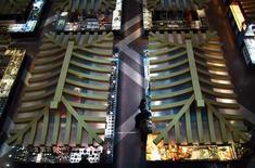 Imagen de archivo de un grupo de clientes al interior de un centro comercial en Pekín, dic 6 2012. Los consumidores chinos están liderando una irregular recuperación en la segunda mayor economía del mundo, donde los minoristas esperan sus mayores ventas en seis meses, según los primeros resultados de una encuesta nacional difundida el miércoles. REUTERS/David Gray