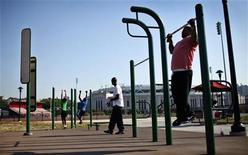 En torno al 87 por ciento de los estadounidenses se plantearán propósitos para 2013, como mejorar su salud o gestionar sus finanzas más al día, y hay multitud de aplicaciones para ayudarles, a ellos y a otros, a alcanzar sus objetivos. En esta imagen de archivo, gente haciendo ejercicio en una zona habilitada en el parque Macombs Dam en el Bronx, Nueva York, el 13 de septiembre de 2012. REUTERS/Mike Segar