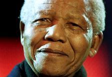El ex presidente sudafricano Nelson mandela ha sido dado de alta del hospital y enviado a su casa en Johannesburgo, según dijo el miércoles el Gobierno en un comunicado. En esta imagen de archivo, el ex presidente sudafricano Nelson mandela sonríe desde el escenario de la plaza Trafalgar de Londres durante un concierto, el 29 de abril de 2001. REUTERS/Jonathan Evans/File