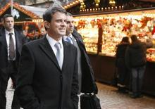 En visite à Strasbourg, Manuel Valls a assuré mercredi que les forces de l'ordre feraient preuve de fermeté pour que le premier Nouvel An du gouvernement socialiste soit une fête, notamment en luttant contre le phénomène des voitures brûlées. /Photo prise le 26 décembre 2012/REUTERS/Jean-Marc Loos