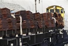 """Foto de archivo de un tren con un cargamento de cátodos de cobre a la salida de la mina Chuquicamata en el Norte de Chile, abr 1 2011. Standard & Poor's subió el miércoles la calificación para la deuda soberana de Chile en un escalón a """"AA-"""" desde """"A+"""", dijo la firma en un comunicado. REUTERS/Ivan Alvarado"""