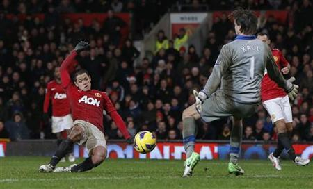 Manchester United's Javier Hernandez (L) scores past Newcastle United's Tim Krul during their English Premier League soccer matchat Old Trafford in Manchester, northern England December 26, 2012. REUTERS/Phil Noble