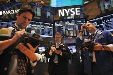 Трейдеры на торгах Нью-Йоркской фондовой биржи 26 декабря 2012 года. Американские акции снизились третью сессию подряд в среду под давлением розничных сетей после публикации слабого отчета об объеме предпраздничных продаж. REUTERS/Eduardo Munoz