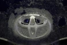 Toyota Motor ha propuesto gastar 1.100 millones de dólares (unos 833 millones de euros) en la instalación de sistemas de seguridad y pagos en efectivo a sus clientes para resolver una demanda en Estados Unidos por acusaciones de que millones de sus vehículos se aceleraban de manera repentina e involuntaria. En la imagen, un logo de Toyota cubierto de hielo en Tokio, el 8 de diciembre de 2012. REUTERS/Kim Kyung-Hoon