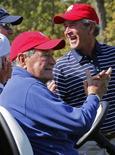 Экс-президенты США Джордж Буш-старший (слева) и его сын Джордж Буш-младщий на турнире по гольфу Ryder Cup в Иллинойсе 29 сентября 2012 года. Бывший президент США Джордж Буш-старший помещен в реанимацию больницы Хьюстона, но остается в сознании, сказал представитель семьи Джим Макграт. REUTERS/Mike Blake
