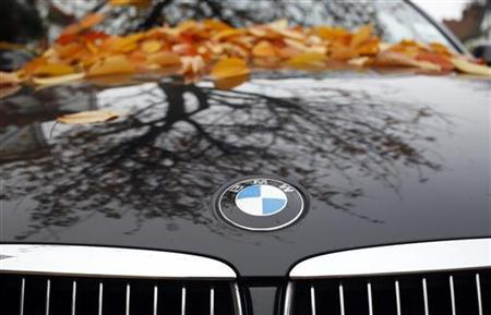 Fallen autumn leaves are seen on the bonnet of a BMW parked in a street in London November 16, 2012. REUTERS/Russell Boyce (BRITAIN - Tags: TRANSPORT BUSINESS)