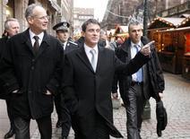 Manuel Valls lors d'un déplacement à Strasbourg, mercredi. Selon Le Parisien, le ministre de l'Intérieur a assuré que le nombre de voitures brûlées le 31 décembre serait rendu public, une transparence qui tranche avec ses prédécesseurs. /Photo prise le 26 décembre 2012/REUTERS/Jean-Marc Loos