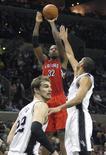 Los Spurs de San Antonio aprovecharon en la noche del miércoles las lesiones de Toronto para romper una racha de cinco victorias consecutivas de los Raptors con un triunfo en casa por 100-80. En la imagen, de 26 de diciembre, Ed Davis de los Raptors lanza a canasta frente a Tim Duncan y Tiago Splitter de los Spurs. REUTERS/Joe Mitchell