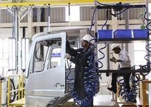 Daimler a vu ses ventes de camions progresser de 14,3% en rythme annuel à 424.000 véhicules sur la période allant de janvier à novembre. /Photo prise le 18 avril 2012/REUTERS/Babu