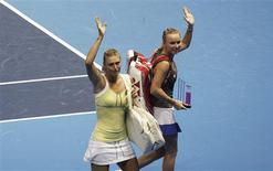 Maria Sharapova y Serena Williams estarán listas para jugar en el torneo internacional de Brisbane, que comienza este fin de semana, después de recuperarse de sus lesiones, dijeron el jueves los organizadores. En la imagen, de 7 de diciembre, Maria Sharapova, izquierda, y Caroline Wozniacki en el partido de exhibición que ofrecieron en Sao Paulo. REUTERS/Nacho Doce