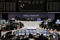 """Помещение Франкфуртской фондовой биржи 27 декабря 2012 года. Европейские акции растут в первую после Рождества сессию, пока инвесторы следят за усилиями Вашингтона по предотвращению """"бюджетного обрыва"""". REUTERS/Remote/Joachim Herrmann"""