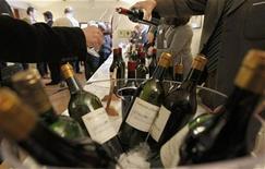 La venta de vino en casas de subastas se mantuvo a la baja en 2012, con unos precios más bajos para los grandes Burdeos. En la imagen, de archivo, varias botellas de vino de Chateau Malartic Lagravière en Leognan, al suroeste de Francia. REUTERS/Regis Duvignau
