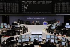 Les Bourses européennes progressent timidement à mi-séance jeudi. À Paris, l'indice CAC 40 gagne 0,47% à 3.669,94 points vers 11h20 GMT et à Francfort, le Dax prend 0,3%. /Photo prise le 27 décembre 2012/REUTERS/Remote/Joachim Herrmann