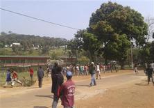 Manifestation devant l'ambassade de France à Bangui. Le président centrafricain François Bozizé a demandé jeudi à la France et aux Etats-Unis de l'aider à repousser les rebelles du Séléka qui menacent la capitale, Bangui. /Photo prise le 26 décembre 2012/REUTERS