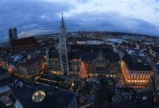A general over view shows Munich's Christmas market at the Marienplatz with the Church of Our Lady 'Frauenkirche' in the background December 18, 2012. REUTERS/Michaela Rehle